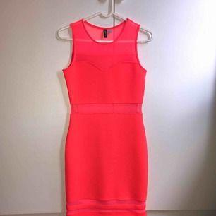 Orange/neon festklänning i skönt material, storlek 36. Aldrig använd då jag aldrig haft tillfälle. Köparen står för frakt, kan mätas upp i Lund/Malmö