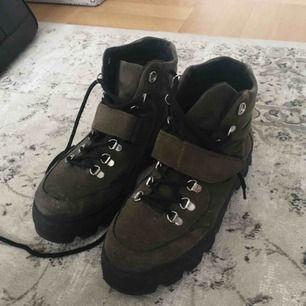 Mörkgröna mocka boots från attitude storlek 38. Unisex. 150 inklusive frakt!