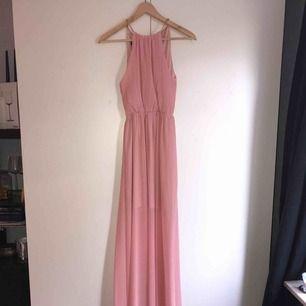 Ljusrosa långklänning med guldig detalj uppe vid halsen, storlek M men passar S. Aldrig använd, köpte den för att ha på balen i 9an men ångrade mig sen och köpte en annan. Köparen står för frakt, kan mötas upp i Lund/Malmö