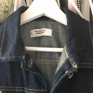 marinblå jeansjacka från mango i contrast stitch.pris kan diskuteras vid snabb affär <3