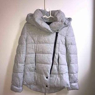 Enormt varm och mysig grå jacka, tål inte regn dock. Köpt den på New Yorker, storlek XS men passar S. Köparen står för frakt, kan mötas upp i Lund/Malmö