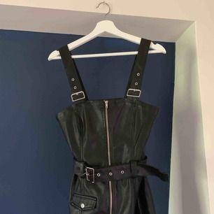 🌹Skinn klänning🌹  Silverdetaljer (ej äkta skinn). Köpt på H&M och aldrig använt. Prislapp kvar! NYPRIS: 400kr  Köparen står för frakt