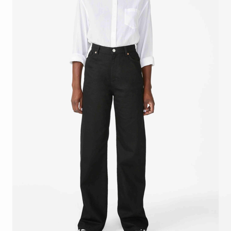 """MONKI YOKO jeans strl 27  Svarta vida jeans från monki i modellen """"YOKO"""" Klippte av några centimeter så de är snyggt fransiga vid foten, jag är 167 och de är så pass långa att de """"vilar"""" på mina skor när jag har dem.  Frakt: 59. Jeans & Byxor."""