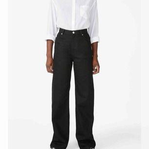 """MONKI YOKO jeans strl 27  Svarta vida jeans från monki i modellen """"YOKO"""" Klippte av några centimeter så de är snyggt fransiga vid foten, jag är 167 och de är så pass långa att de """"vilar"""" på mina skor när jag har dem.  Frakt: 59"""