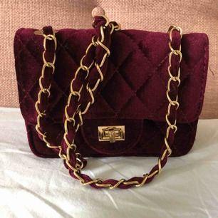 Röd fin väska från ur &pen köpt för 249kr används fåtal gngr men defekt på låset syns inte när man använder den!