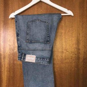 """Weekday jeans storlek 28 i modellen """"VOYAGE"""" (färgen spring blue). Avklippta vid längst ned, blir ungefär ankelbyxor på mig som är 167.   Frakt: 59kr"""