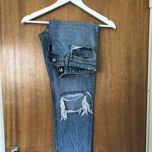 KARVE jeans i storlek S (ungefär 27/34) Endast använda 1 gång, så väldigt bra skick!  Frakt:59