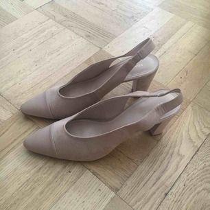 Använda en gång till examen! Super snygga och klassiska nude heels! Snygg Mango påse medföljer. Skriv ifall du vill se dom på 🌟