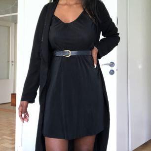 """Jättefin och bekväm klänning som går att styla på så otroligt många sätt (t.ex med ett skärp i midjan) materialet är väldigt fint och """"lyxigt"""". Även fin skärning vid halsen. Säljer då jag har en mycket liknande klänning.  Storlek 34/36"""