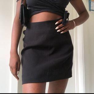 Oanvänd kjol från monki i kostymbyx-material. Felfri och perfekt till sommaren.