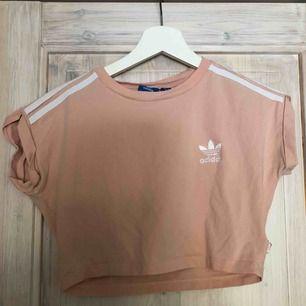 En jättefin och somrig adidas tröja! Original pris 300kr💛 100kr+frakt