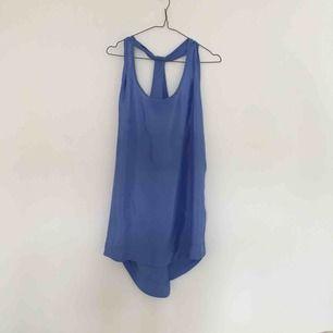 Silky himmelsblå luftig klänning med djup rygg, en dröm