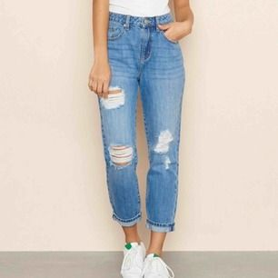 helt nya mom jeans, dock lite sönder vid midjan ( se bild ) men går säkert att fixa, säljer då dom var för små och det ingick ingen återlämning.  köparen står för frakt