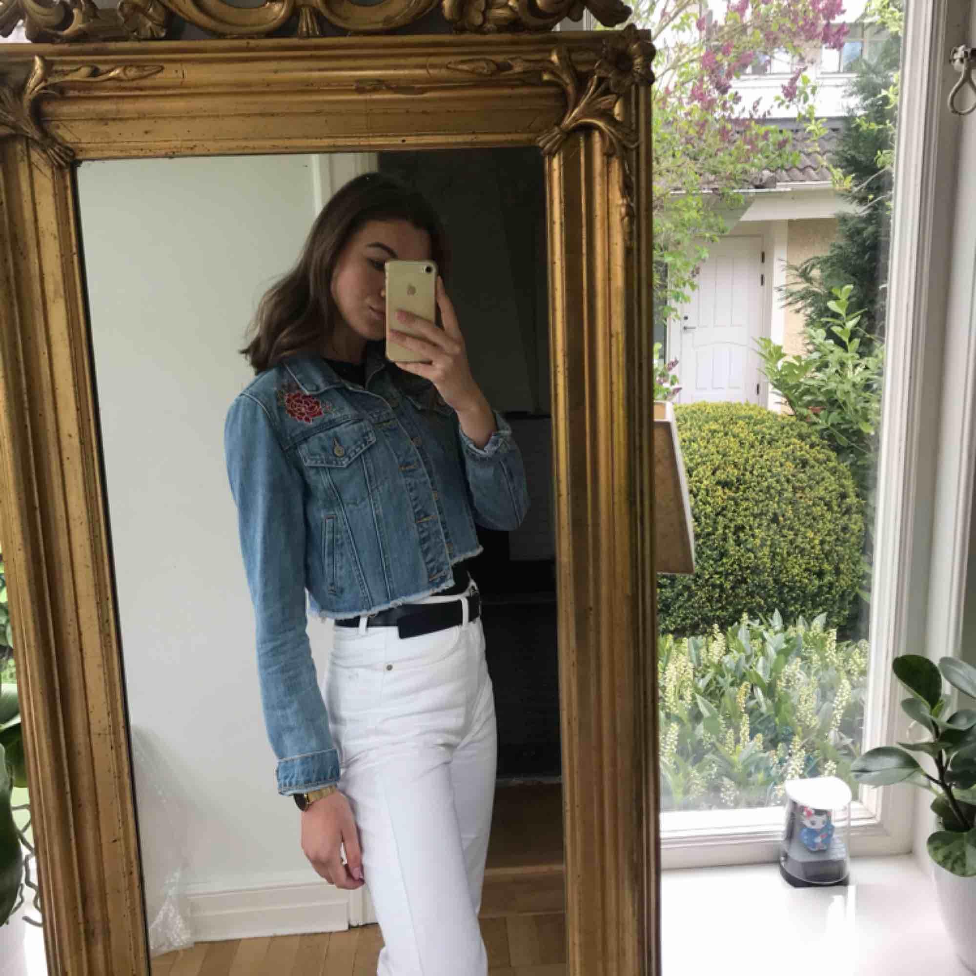 Jeansjacka i midjekort modell med broderade rosor på ryggen samt på framsidan ovanför båda fickorna! Är i nyskick!. Jackor.
