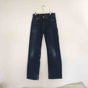 Drömmens jeans! Cry my eyes out för de var för tighta för mig i rumpan, köpta här på Plick. Små i stl, motsvarar en liten S eller XS. Perfekta raka benen, längden och mörka färgen. 501or! Önskar de ett bättre liv