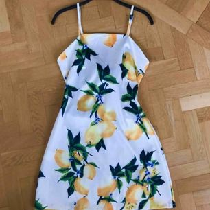 Supersöt och bekväm klänning från Zaful! Justerbara axelband och en rosett i ryggen som man knyter själv! Passar storlek 34-36
