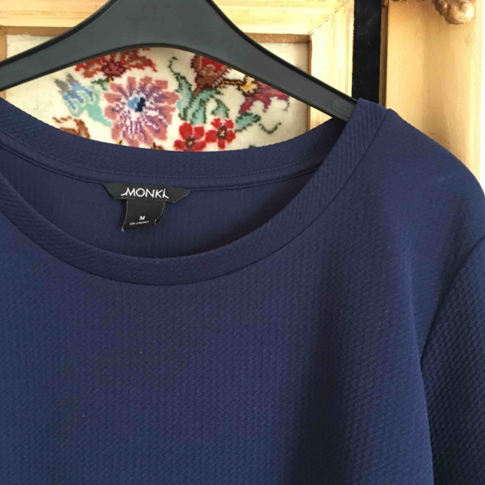 Klänning från Monki! Passar även mig som har S i kläder. Frakt ingår i priset 🌸. Klänningar.