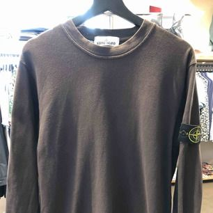 """SVINFET tröja från Stone Island. Har en fantastisk """"tvättad"""" kvalitet.  Givetvis äkta, CLG-koden kan fås vid intresse. Storlek M. Inga skador eller fläckar!"""