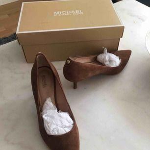 Michael kors skor i mycket fint skick , i mocka , jag har använt dem bara 3 gånger .