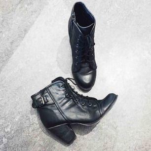 Svarta skor/köngor/stövletter/kilklacksskor. Stl 38. Från dinsko. Zip på innersidan. Knappt använd. Top skick!
