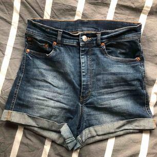 Supersköna shorts från monki som tyvärr inte passar mig längre. Tvättat mörklblått jeans.