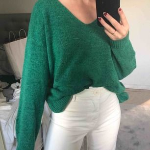 Stickad grön tröja, vet ej storlek då jag klippt bort lappen men skulle säga M