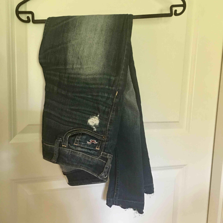 Stretchiga jeans från Hollister med slitning. Köparen står för frakt. Jeans & Byxor.