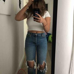 Super fina sommar jeans från Gina, storlek 38 men små i storleken! Jag har storlek 26/S i byxor annars och dessa sitter perfekt. Aldrig använda, endast testat. Jag är 163 cm lång!