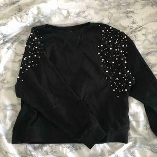 As snygg och skön lite sweater liknande tröja med pärlor på axlarna som går ner bak på ryggen. Tänk hur snygg med en vit kjol typ nu till sommarn när de är lite halvbra väder! Köparen står för frakten!!