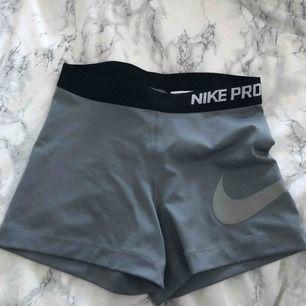 Jättefina och sjukt sköna tränings shorts från Nike! Har använt dom max 2 gånger men behöver inte dessa längre. Dom har ett stort Nike märke längs med låret vilket är sjukt fint!! Köparen står för frakten!!