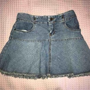 En jeanskjol som inte sitter tajt! Jag tycker själv att den är väldigt fin men får aldrig tillfälle att använda :(  Den kan knytas där bak med lila snöre 🤩 har slitningar längs ner och har fungerande fickor!🥰