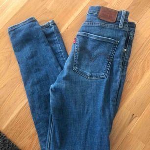 Skinny Levis jeans. Använda ett par gånger men är i bra skick:) storlek 28, som en medium ungefär! Kan mötas upp i Sthlm eller frakta. Frakten tillkommer