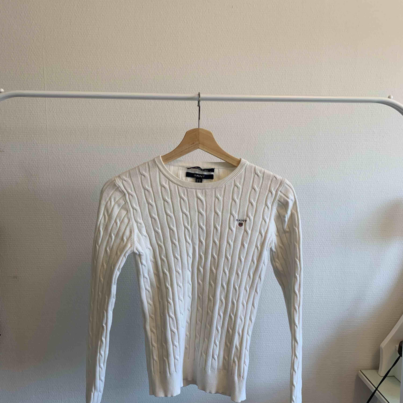 Vit/gul stickad tröja från gant  Använt några gånger  Använder inte längre men fortfarande i mycket bra skick och kvalité. Stickat.