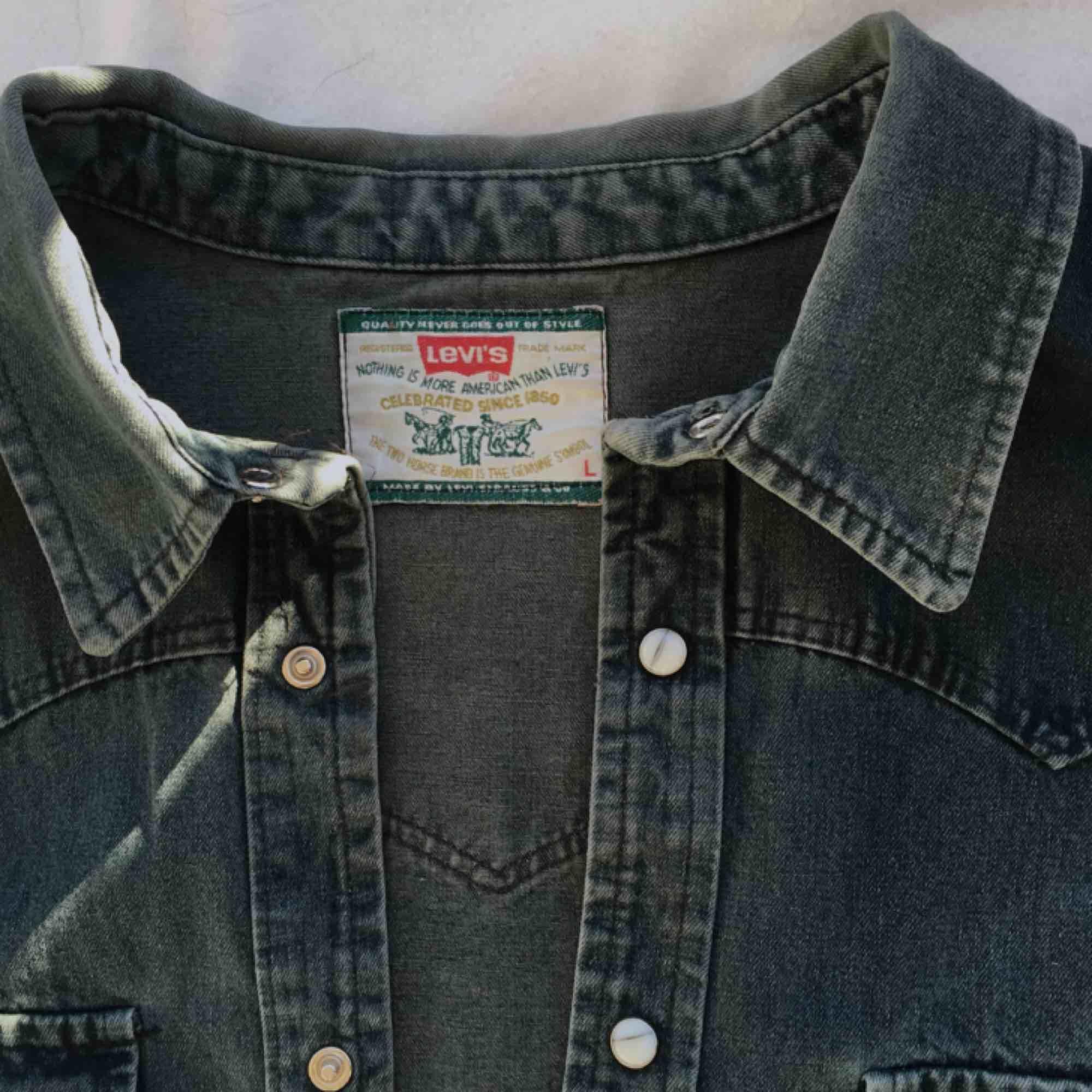 Fin avklippt Levi's jeansjacka som är perfekt för våren! . Jackor.