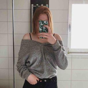 Grå, mysig och mjuk off shoulder tröja från H&M i bra skick!  40 kronor + frakt eller högsta bud!
