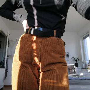 Skitsnygga nästan lite retro manchesterbyxor i roströd nyans, använda ett flertal gånger. Väldigt bekväma men har på senaste tiden bara legat och skräpat. Påminner om mom fit jeans i passformen men smalnar av i benen. Beställda från Shein men kommer från Pull and bear🌈🌈