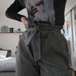 Rutiga snygga byxor med straight leg. De är sjukt bekväma och kan användas med medföljande