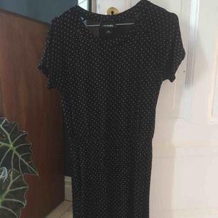 Svart klänning med vita prickar från Monki. Sparsamt använd. Strl XS men kan även passa S. 100 % viskos. Pris exkl frakt. Kan även mötas upp i Malmö eller Vellinge.