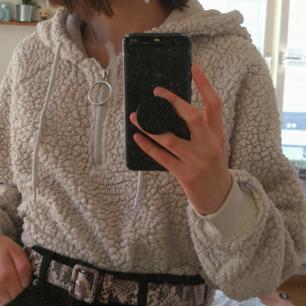 Mysig hoodie i fake-ull/teddymaterial, är inte lika mjuk som när den köptes men annars superbra kvalité! Riktigt bekväm och har både dragkedja och snörning💗