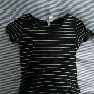 Basic randig tröja från Hm divided, väldigt bekväm och lika bra kvalité som när jag köpte den🥰