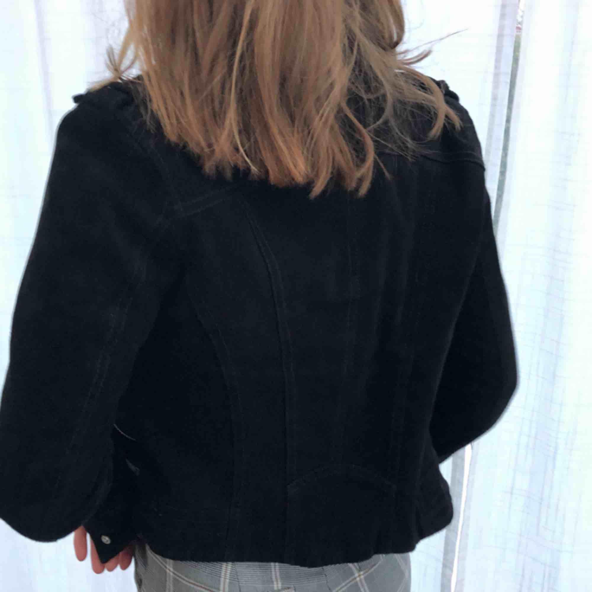 Äkta mocka biker jacket från Vero Moda. Originalpris 900kr. Hade aldrig sålt om den inte var för liten. Köparen står för frakten. 600kr alt högst bud❤️. Jackor.