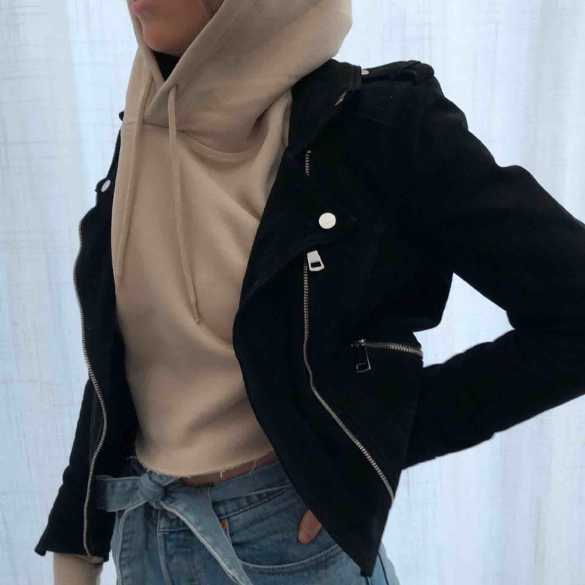 Mocka biker jacket från Vero Moda, 100% mocka. Köpt i höstas men har tyvärr växt ur den, är lite liten i storleken. Original pris 900 kr. Jackor.