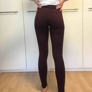 Plommonfärgade jeans från Cubus i modellen jegging Jane. Hon på bilden är 171cm lång❣️