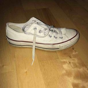Ett par låga vita converse i storlek 37! Dom är i väldigt bra skick!!💕