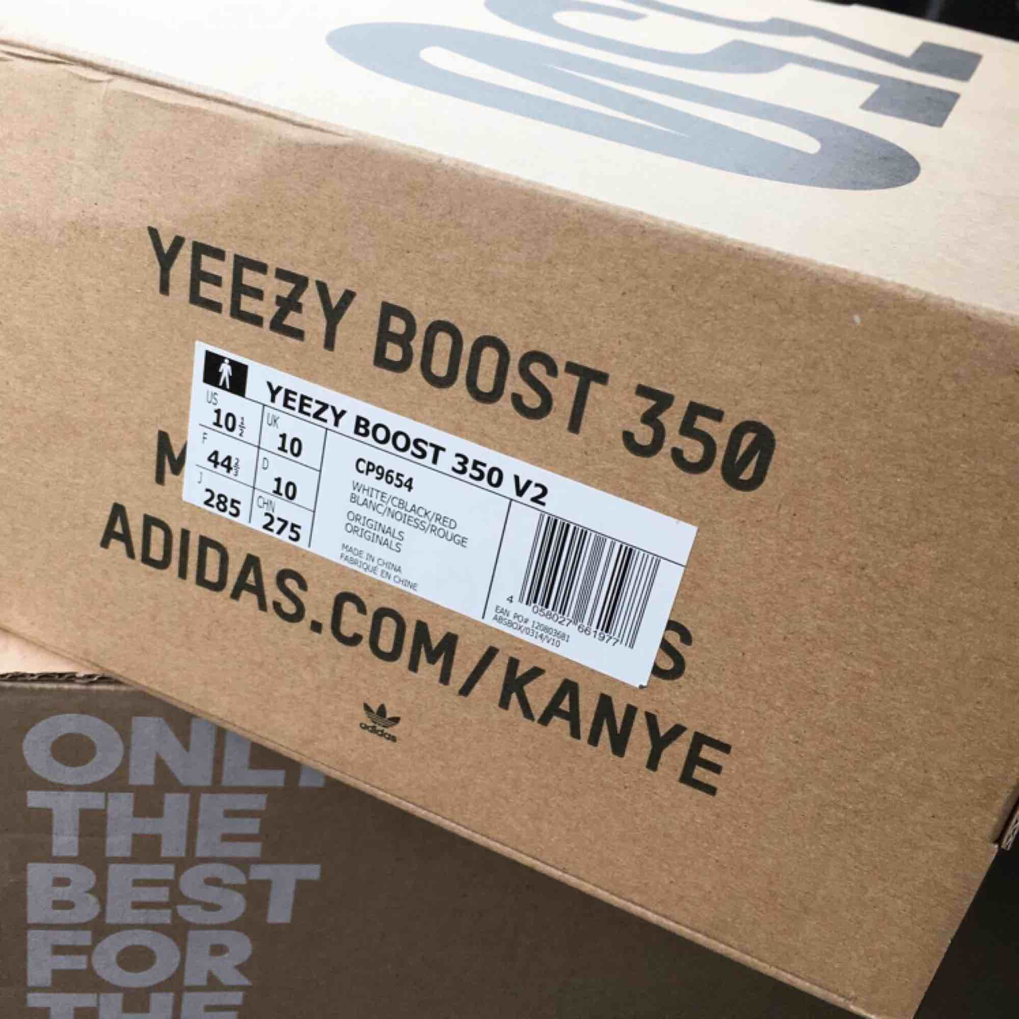 Yeezy 350 v2 zebra ifrån restocken i adidas appen (04/05/19).  Kommer med allt; box, orderbekräftelse, tags.. Skor.