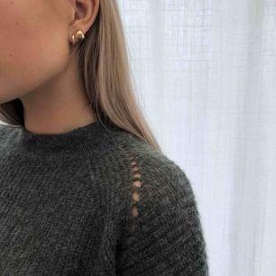 Mötkgrön stickad längre tröja från Åhléns. Original pris 700 kr