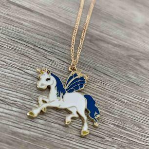 Sjukt söta halsband med guldfärgad kedja och en enhörning. Swipa för att se dom olika jag har. Säljer alla för 150kr💫💫