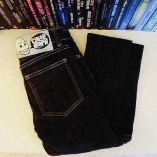 Svartgråa jeans från Cheap Monday med ljusa sömmar. Står strl 28 men är små i storleken o skulle tro att de passar en xs/34a   Frakt 63 kr