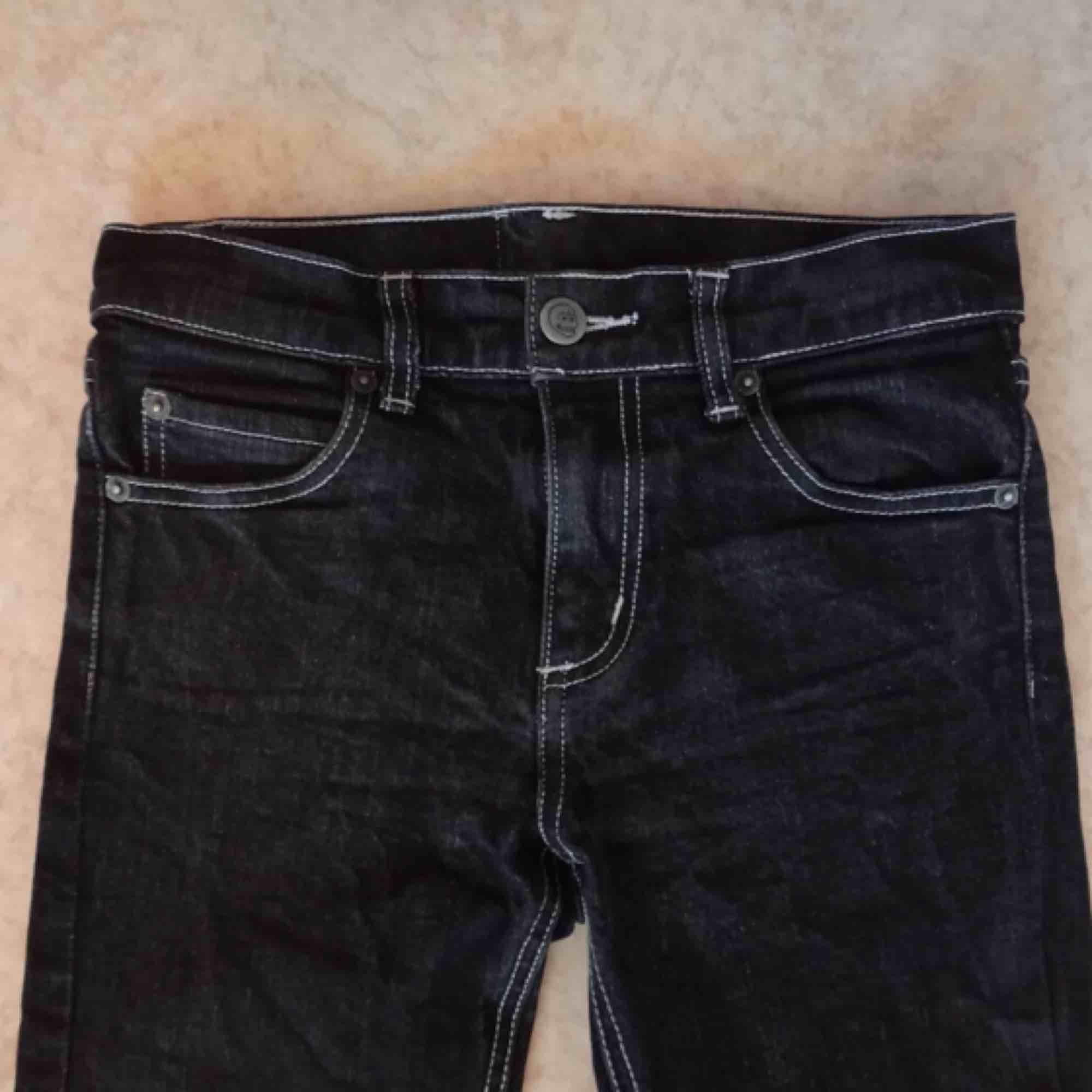 *RESERVERADE* Svartgråa jeans från Cheap Monday med ljusa sömmar. Står strl 28 men är små i storleken o skulle tro att de passar en xs/34a   Frakt 63 kr. Jeans & Byxor.