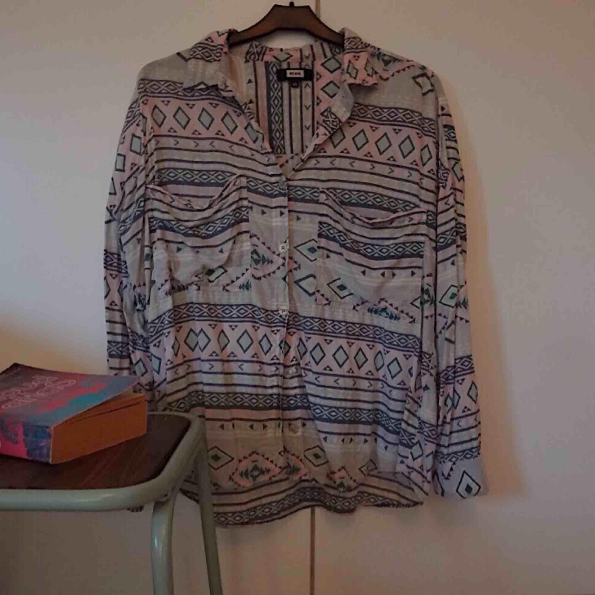 Härlig och mjuk skjorta från Bikbok i pastelligt mönster.   Frakt 55 kr. Skjortor.